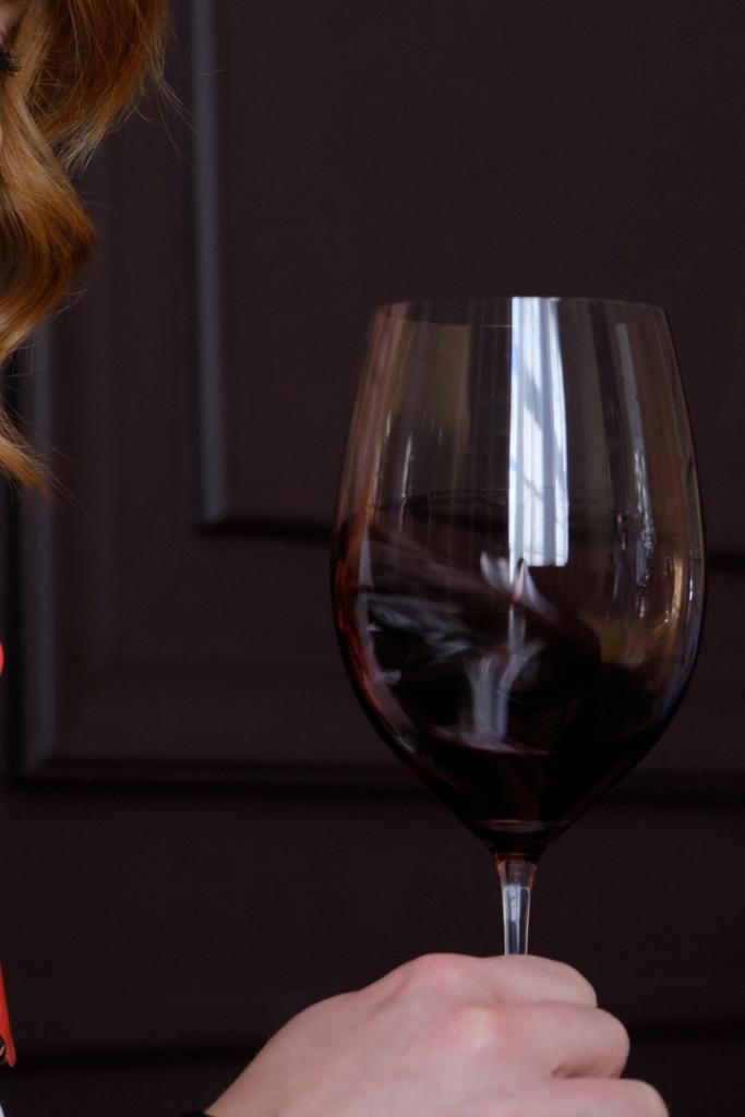 Как крутить вино в бокале