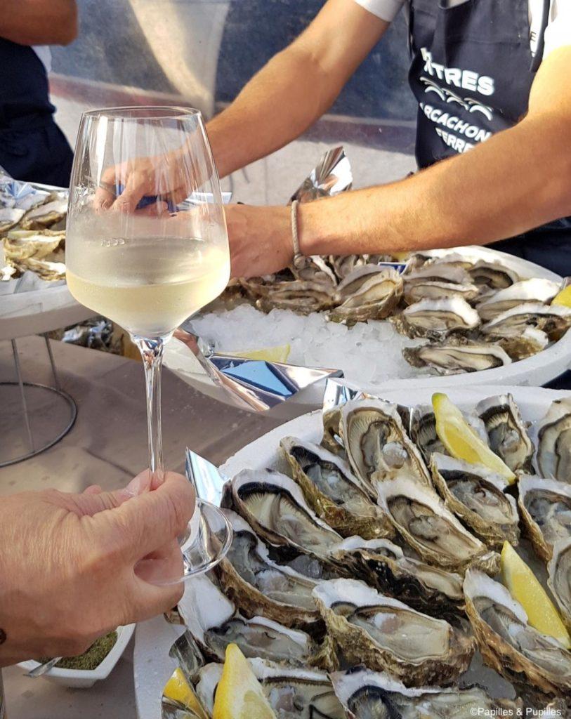 Белое вино с устрицами