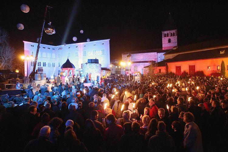 Праздник на площади города Божо