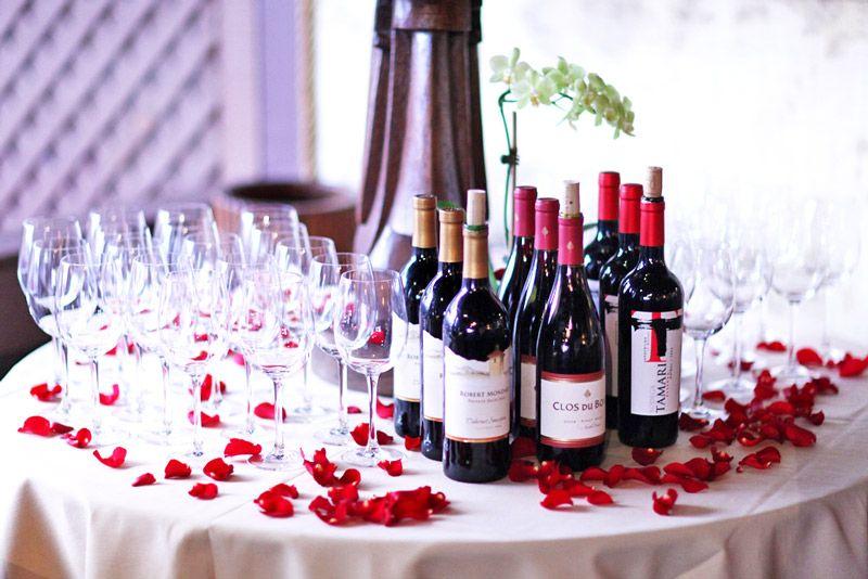 Стол с вином на свадьбе