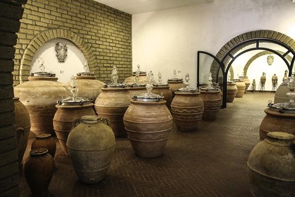 Различные амфоры тоже служат для выдержки оранжевого вина
