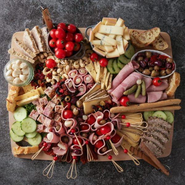 Разнообразный набор закусок на аперитиве-ужине